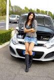 Автомобиль унылой красивейшей женщины сломанный помощью Стоковые Фото