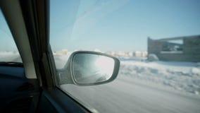 Автомобиль управляет вдоль дороги видеоматериал