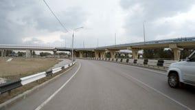 Автомобиль управляет выходом к шоссе изолированная белизна вид сзади акции видеоматериалы