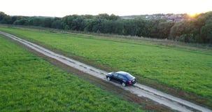Автомобиль управляет на поле сток-видео