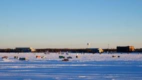 Автомобиль управляет прошлыми домами рыбной ловли зимы на замороженном озере Bemidji в Минесоте видеоматериал
