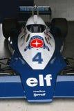 Автомобиль Формула-1 Tyrrell участвуя в гонке Стоковые Фотографии RF