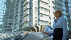 Автомобиль ходов коммерсантки с любовью, приобретение роскошного автомобиля, успех и богатство акции видеоматериалы