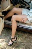 автомобиль 2 дел выходя сексуальная женщина Стоковое Изображение