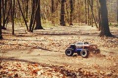 Автомобиль bashing на моделях следа контролируемых радио летая с трамплином в природе, хобби и отдыхе Стоковые Фотографии RF