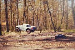 Автомобиль bashing на моделях следа контролируемых радио летая с трамплином в природе, хобби и отдыхе Стоковое фото RF