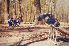 Автомобиль bashing на моделях следа контролируемых радио летая с трамплином в природе, хобби и отдыхе Стоковое Изображение