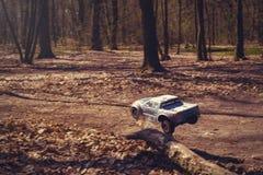 Автомобиль bashing на моделях следа контролируемых радио летая с трамплином в природе, хобби и отдыхе Стоковое Изображение RF