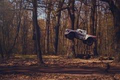 Автомобиль bashing на моделях следа контролируемых радио летая с трамплином в природе, хобби и отдыхе Стоковая Фотография