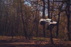 Автомобиль bashing на моделях следа контролируемых радио летая с трамплином в природе, хобби и отдыхе Стоковые Фото