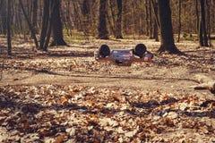 Автомобиль bashing на моделях следа контролируемых радио летая с трамплином в природе, хобби и отдыхе Стоковая Фотография RF