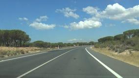 автомобиль 4K управляет на направлении скоростного шоссе к национальному парку Doñana, природному заповеднику сток-видео