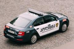 Автомобиль Skoda Octavia полиции дороги в городской площади Стоковые Изображения
