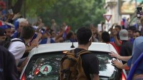 Автомобиль Ultras отбрасывая, футбольные болельщики останавливая переход, хулиганство видеоматериал