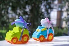 2 автомобиля пасхи с яичка стоковая фотография