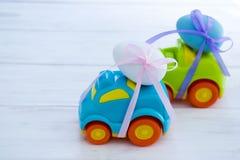 2 автомобиля пасхи с яичка стоковая фотография rf