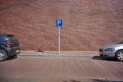 2 автомобиля припаркованного в улице с открытым пространством Стоковое Изображение RF