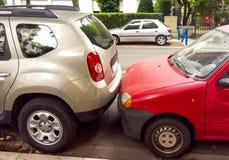 2 автомобиля припаркованного очень близко Стоковое фото RF