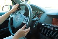 автомобиля управлять женщина Стоковое Фото
