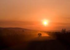 автомобиля управлять заход солнца стоковое изображение rf