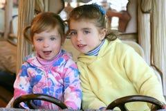 автомобиля управлять сестра 2 девушок fairground маленькая Стоковое фото RF