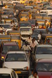 Автомобили автомобилей и 2 Уилера ждать сигнал в движении Стоковые Фотографии RF