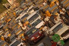 Автомобили автомобилей и 2 Уилера ждать сигнал в atraffic Стоковое Изображение RF