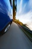 Автомобили бежать на дороге в солнечном свете Стоковая Фотография