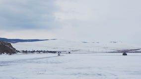 Автомобили бежать на поверхности замороженного Lake Baikal сток-видео