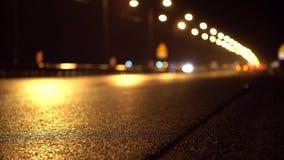 Автомобили быстро проходя вдоль шоссе ночи в дожде Цветастые круги Bokeh сток-видео