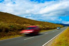 Автомобили быстро проходя на проселочной дороге Стоковое фото RF