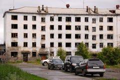 Автомобили близко покинули дом многоквартирного дома Стоковая Фотография RF