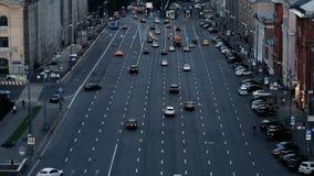 Автомобили двигают вниз с улицы сток-видео