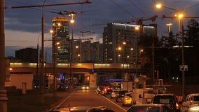 Автомобили двигают вокруг города в вечере сток-видео