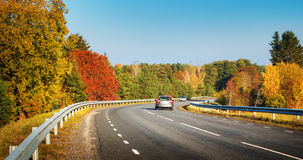 Автомобили двигая дальше дорогу шоссе Стоковые Фото