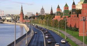 Автомобили двигая дальше naberezhnaya Kremlevskaya сток-видео