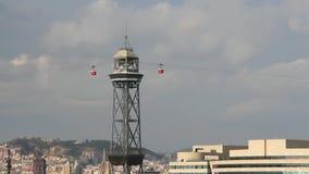 Автомобили двигая к башне ropeway порта barcelona Испания сток-видео