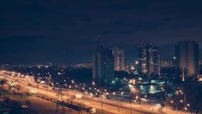 Автомобили движения шоссе на упущении nighttime видеоматериал