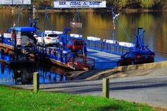 Автомобили всходя на борт на пароме Стоковая Фотография