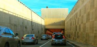 Автомобили входя в подземный тоннель Стоковое Изображение
