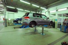 Автомобили в автомобильном обслуживании Стоковые Изображения