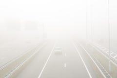 Автомобили в густом тумане на шоссе A2 вокруг Амстердама Стоковые Изображения