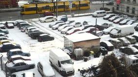 Автомобили в месте для стоянки вставленном под снегом сток-видео