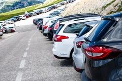 Автомобили в месте для стоянки в середине гор Корабли на красивой солнечности перевозка фронта груза предпосылки перевозит взгляд Стоковые Фото