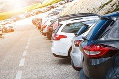 Автомобили в месте для стоянки в середине гор Корабли на красивой солнечности перевозка фронта груза предпосылки перевозит взгляд Стоковое Изображение RF