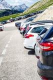 Автомобили в месте для стоянки в середине гор Корабли на красивой солнечности перевозка фронта груза предпосылки перевозит взгляд Стоковая Фотография