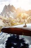 Автомобили в месте для стоянки в середине гор Корабли на красивой солнечности перевозка фронта груза предпосылки перевозит взгляд Стоковые Изображения RF