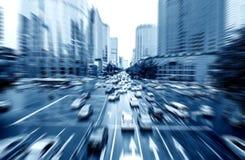 Автомобили в нерезкости движения на дороге стоковое фото