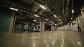 Автомобили в подземной автостоянке сток-видео