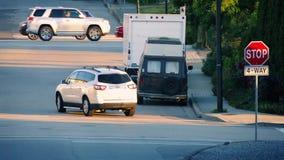 Автомобили в пригородах на вечере лета видеоматериал